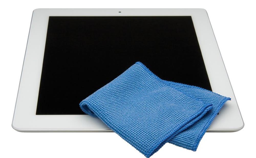Nettoyage d'un écran de tablette tactile et iPad smartphone téléphone