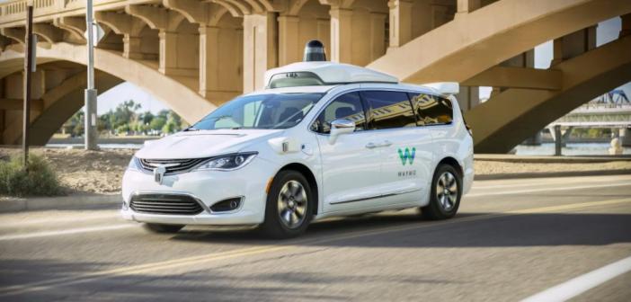 voiture autonome waymo dans la ville de Phoenix