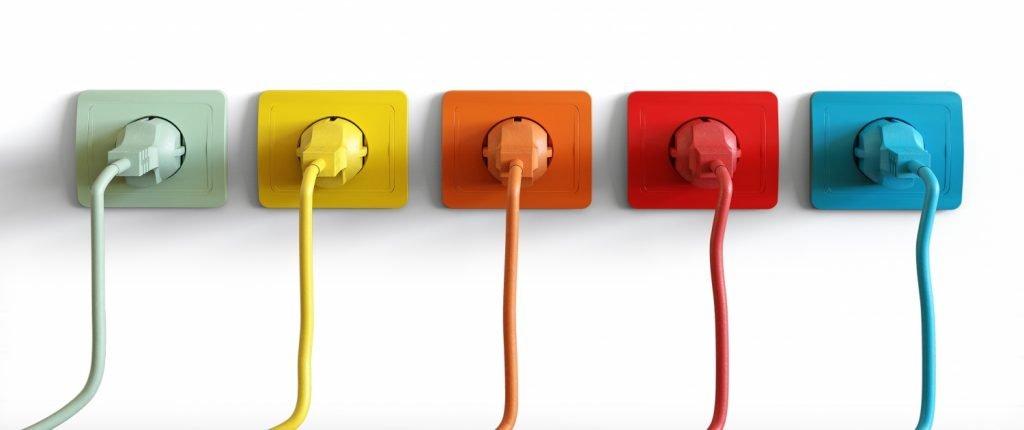 cinq prises électriques avec une couleur différente pour chacune.