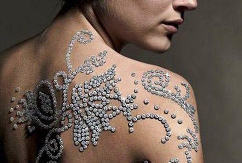 Le tatouage le plus cher du monde est un tatouage en diamants de l'artiste Yair Shimansky
