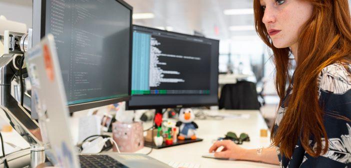 femme bureau ecran ordinateur