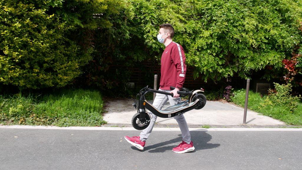 trottinette électrique lab'elle véloce plié et porté de profil