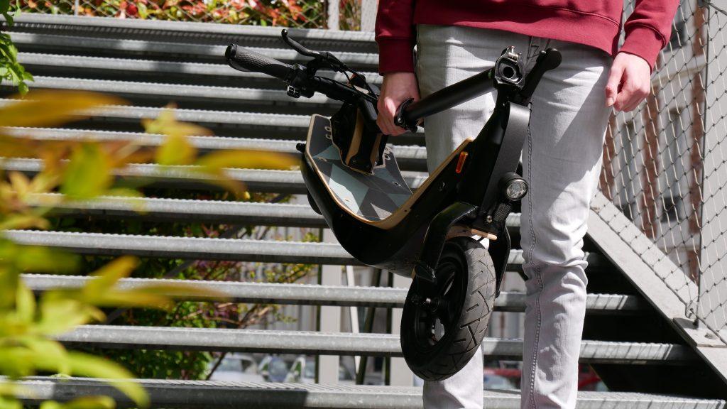trottinette électrique lab'elle véloce plié et porté vu de face