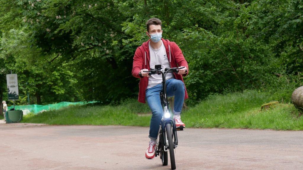 Vélo électrique ado-a20 avec un utilisateur en route