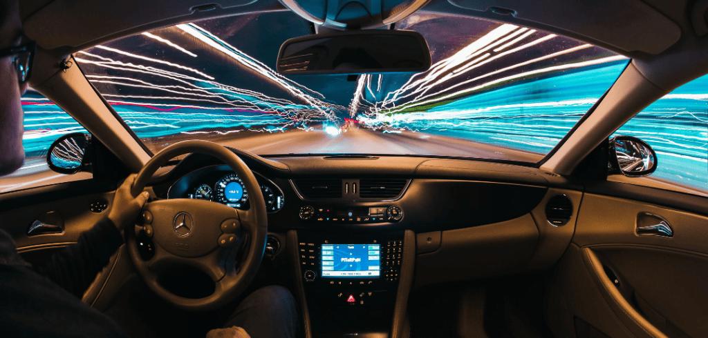 intérieur d'une voiture avec un homme au volant