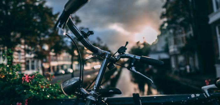 gros plan sur un guidon de vélo sur un petit pont en ville