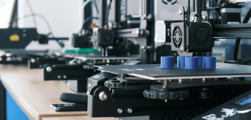 plusieurs imprimante 3d FDM sur une table
