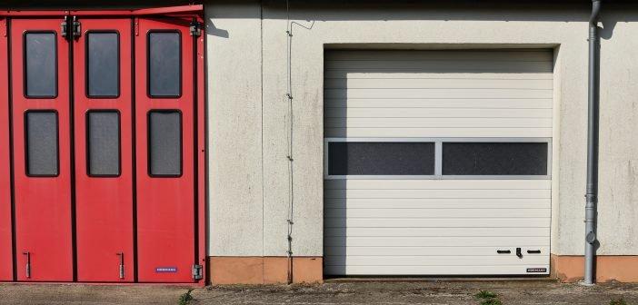 porte de garage avec hublot