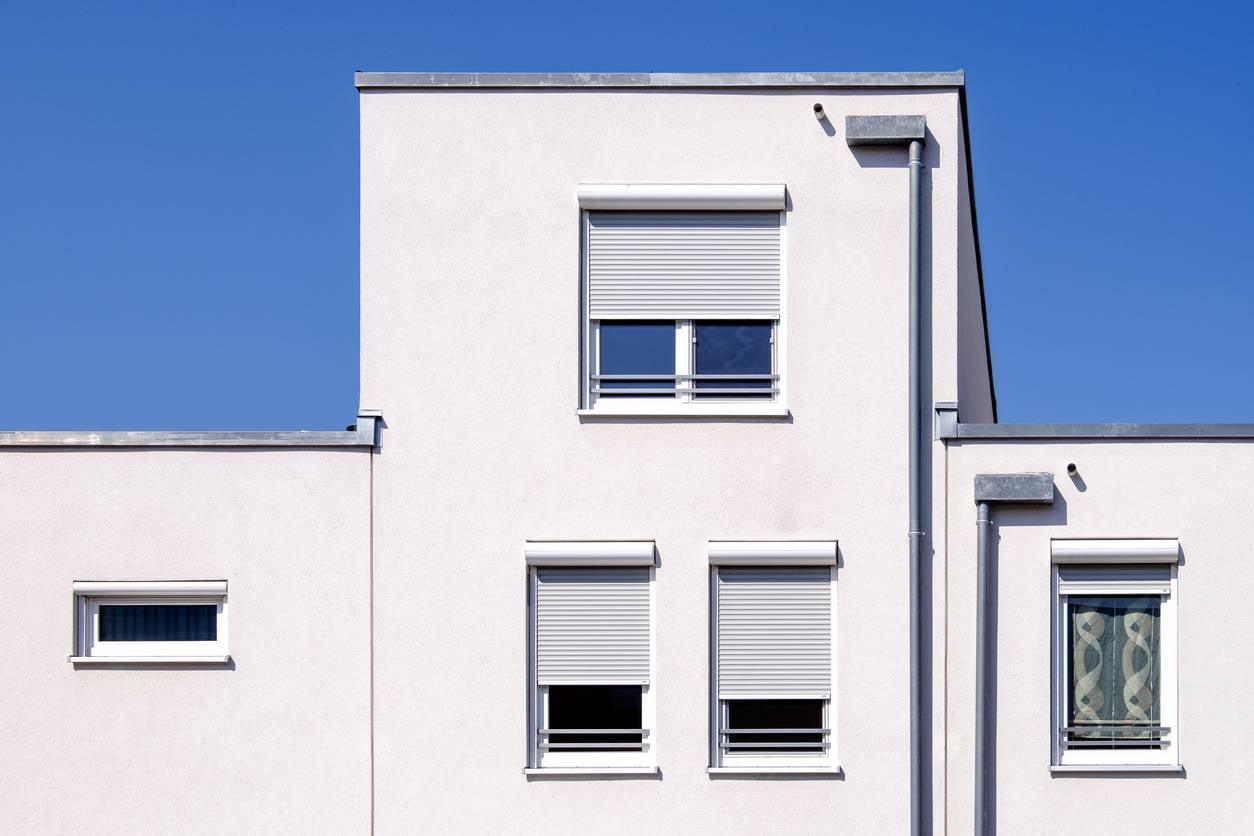 maison facade avec volets roulants