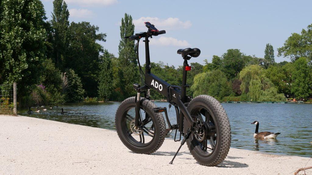 photo du vélo électrique ado a20f au bord de l'eau