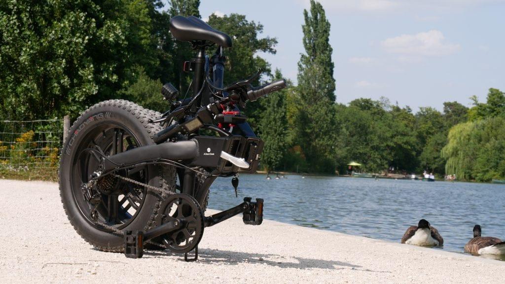 photo du vélo électrique ado a20f plié au bord de l'eau
