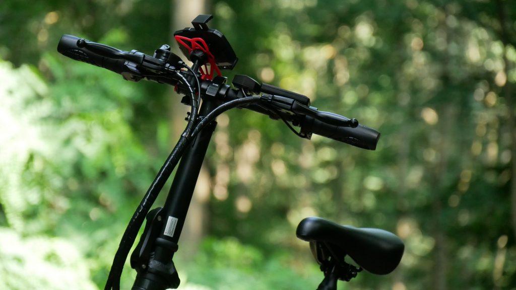 photo des câbles devant le guidon du vélo électrique ado a20f