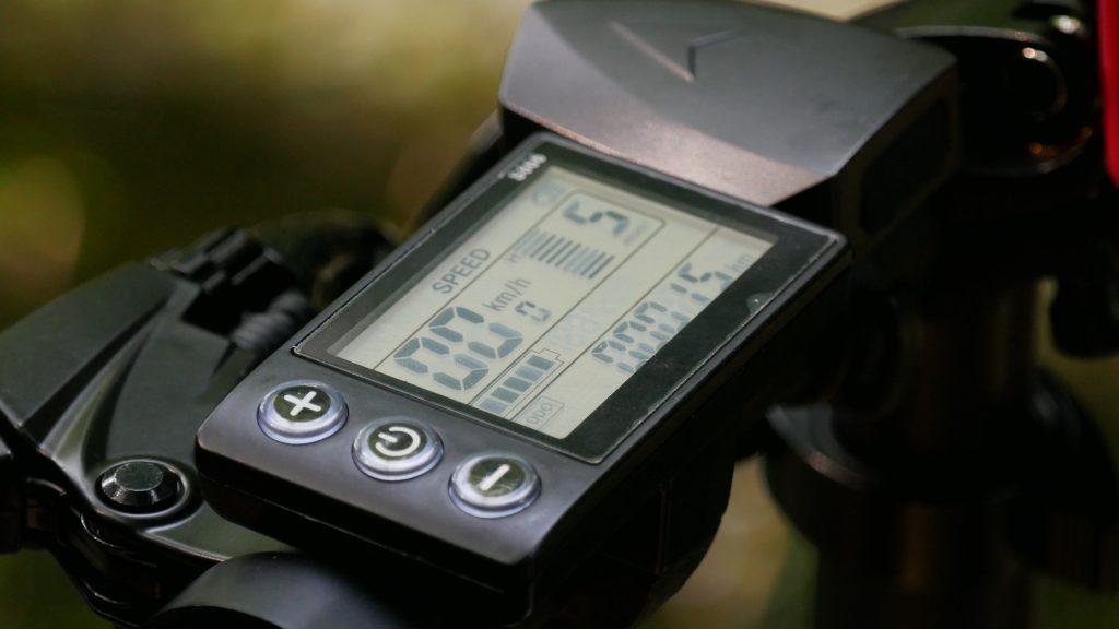 photo de près de l'écran LCD du vélo électrique ado a20f