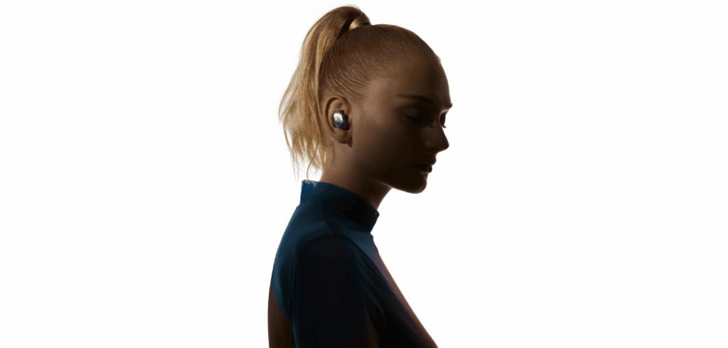 une femme qui porte les écouteurs bluetooth redmi buds 3 pro