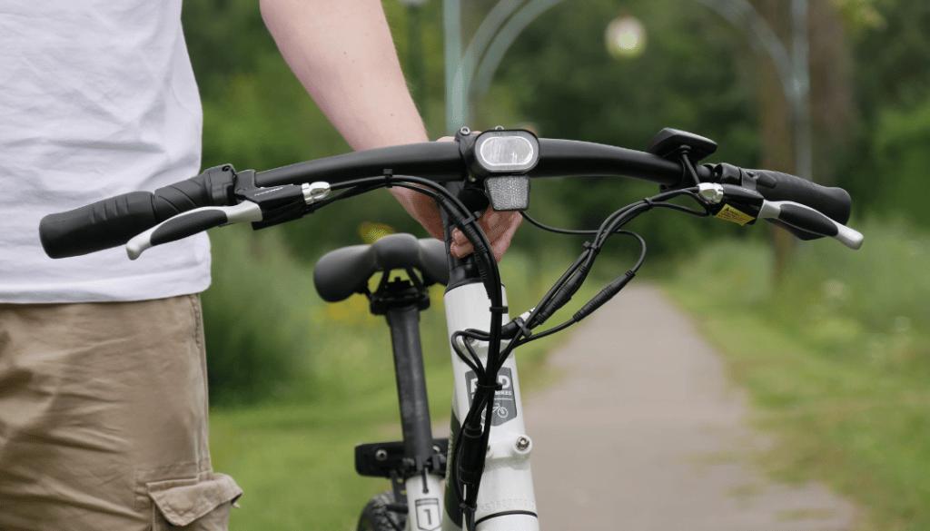 photo rapproché des câbles devant le guidon du vélo électrique radmission 1