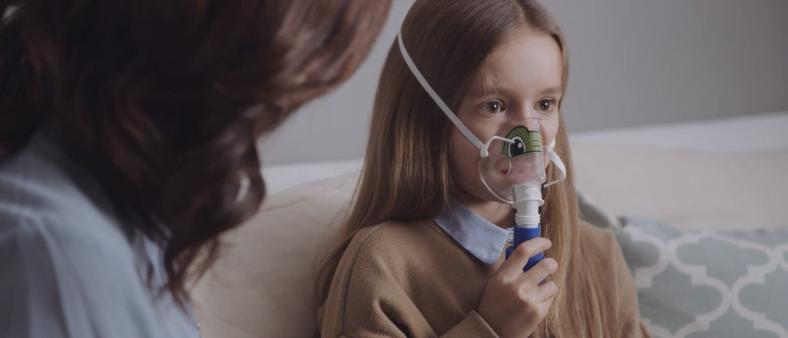 Enfant utilisant un nébuliseur.